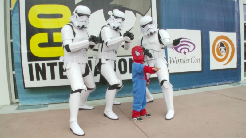 Comic-Con Episode Four: un piccolo Spiderman insieme a tre Storm Troopers al Comic-Con di San Diego