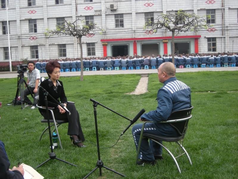 Dead men talking, Ding Yu parla con un condannato a morte nel cortile della prigione pieno di detenuti