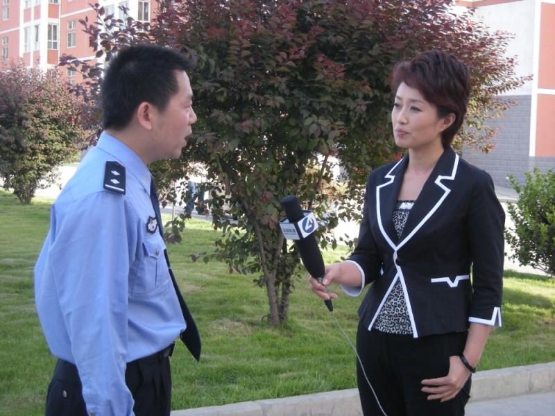 Dead men talking, la giornalista cinese Ding Yu intervista un poliziotto nel cortile della prigione