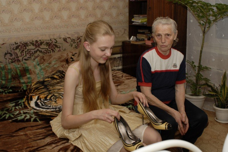 Girl model: la baby-modella Nadia protagonista del documentario in un'immagine con la nonna
