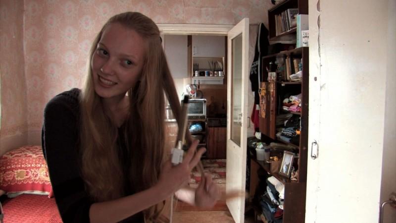 Girl model: la tredicenne aspirante modella siberiana Nadia si pettina in una scena del film