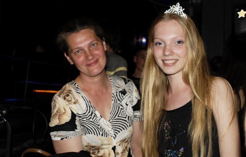 Girl model: la tredicenne siberiana protagonista del documentario, Nadia, insieme alla mamma