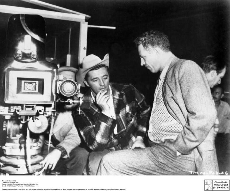Hollywood Bruciata - Ritratto di Nicholas Ray: Nicholas Ray e Robert Mitchum sul set de Il temerario, 1952