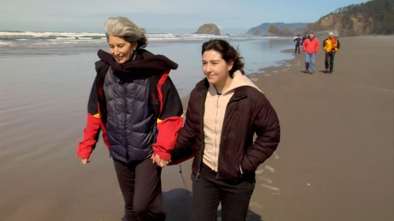 How to die in Oregon: la protagonista del documentario Cody Curtis passeggia sulla spiaggia con la figlia