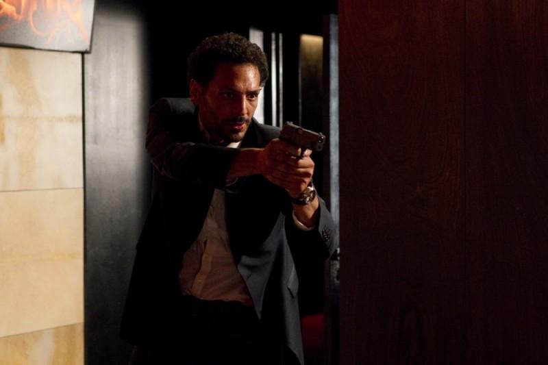 Nuit Blanche: Tomer Sisley impugna una pistola in una scena del film