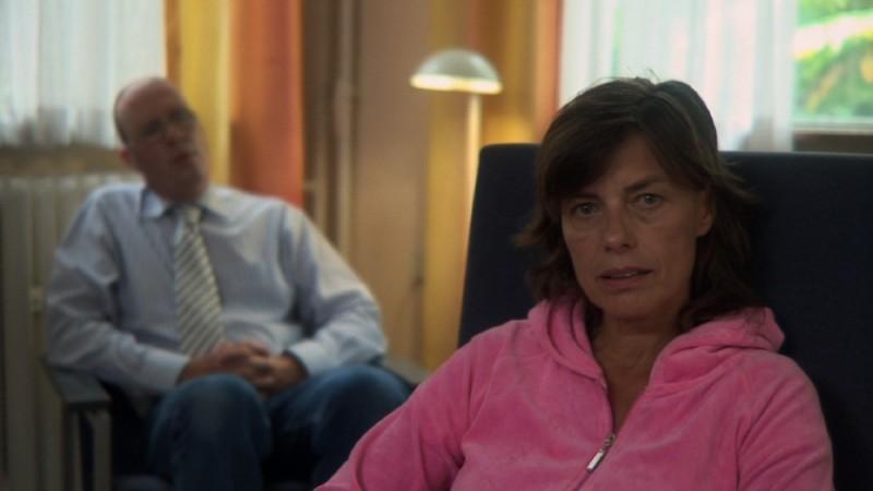 Peolpe in white, medico e paziente in una scena del documentario