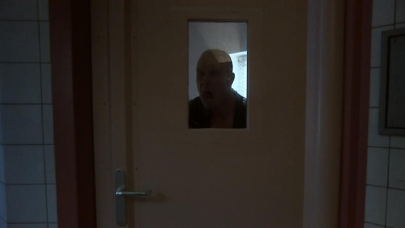 Peolpe in white, un'inquietante immagine del documentario diretto da Oliver Kochta-Kalleinen e Tellervo Kalleinen