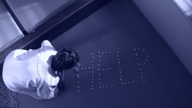 Peolpe in white, una suggestiva immagine tratta dal documentario incentrato sul rapporto paziente medico nella psicanalisi