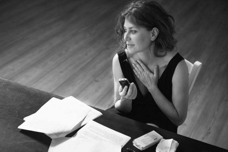 Sabina Guzzanti alle prese con gli appunti sul suo documentario Franca, la prima su Franca Valeri