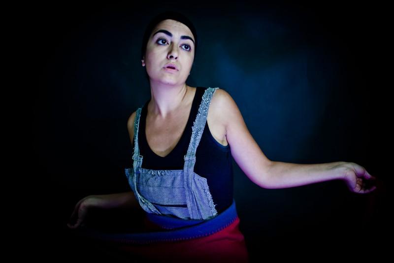 Alessandra Mortelliti in scena con il monologo 'Famosa' da lei scritto