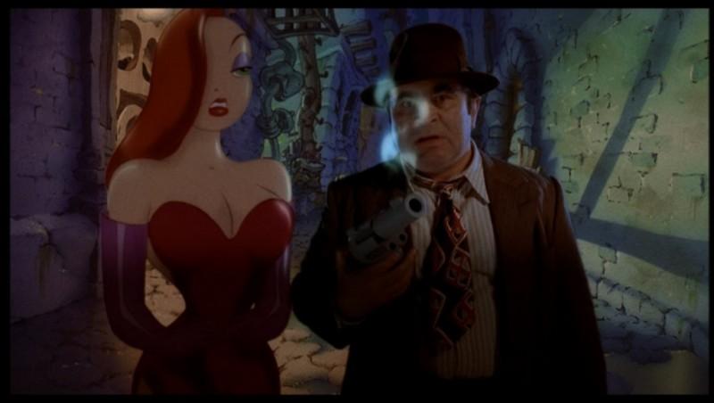 Bob Hoskins con Jessica Rabbit in una scena di Chi ha incastrato Roger Rabbit (1998)