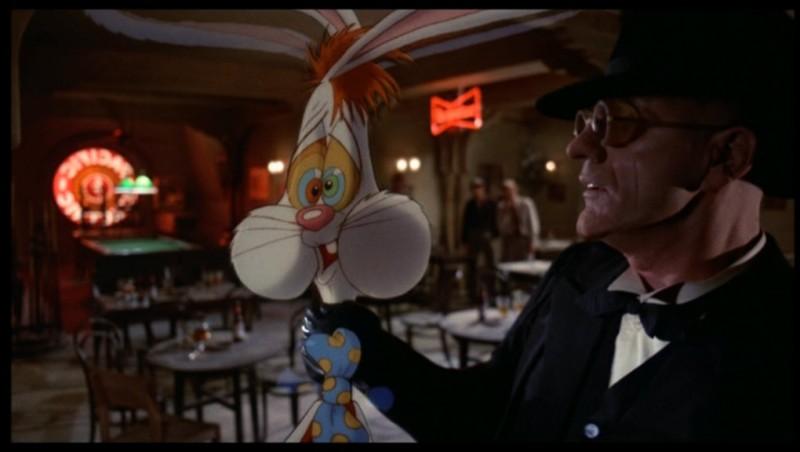 Chi ha incastrato Roger Rabbit?: Christopher Lloyd con Roger Rabbit in una scena