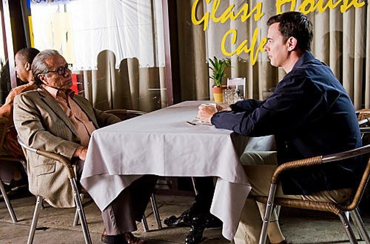 Edward James Olmos e Colin Hanks in una scena dell'episodio A horse of a different color
