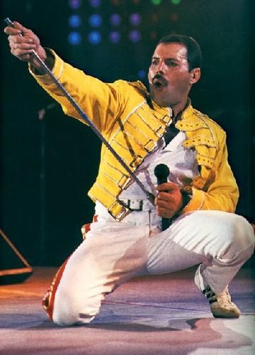 Freddie Mercury si esibisce in concerto