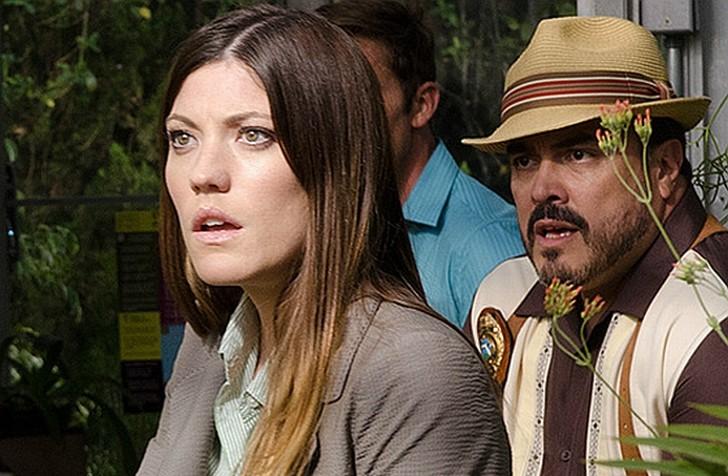 Jennifer Carpenter e David Zayas atterriti in una scena dell'episodio A horse of a different color