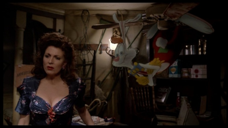 Joanna Cassidy con Roger Rabbit in una sequenza di Chi ha incastrato Roger Rabbit?
