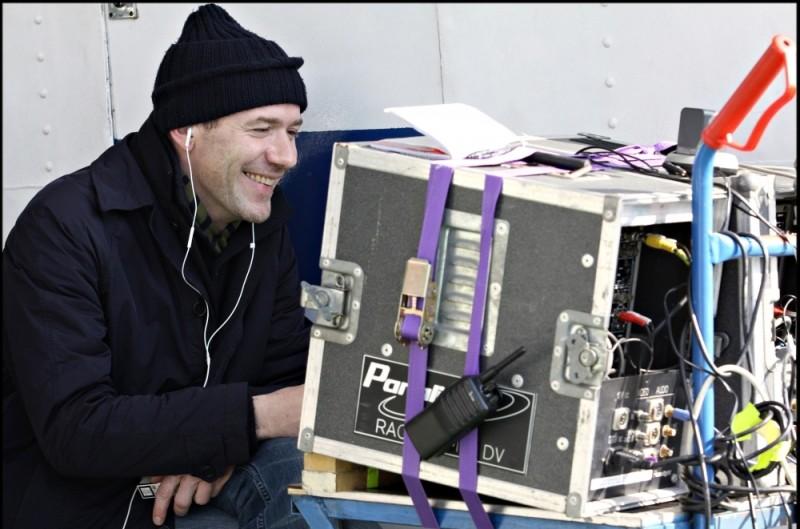 Alessandro Genovesi, regista della commedia La peggior settimana della mia vita, sorride sul set