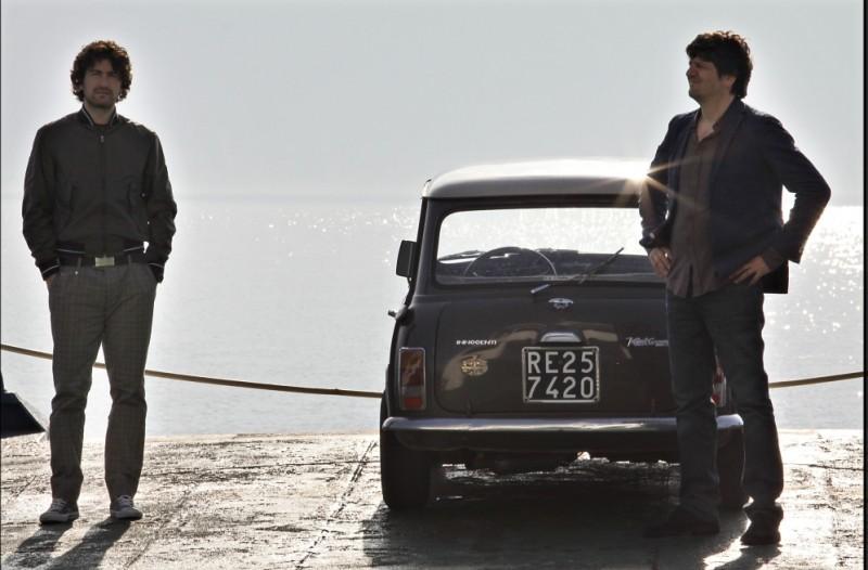 Alessandro Siani insieme a Fabio De Luigi chiacchierano mentre attraversano il Lago di Como in una scena de La peggior settimana della mia vita