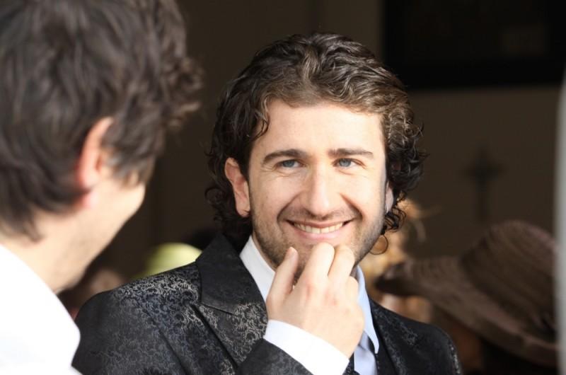 Alessandro Siani sorride all'amico in una scena di La peggior settimana della mia vita