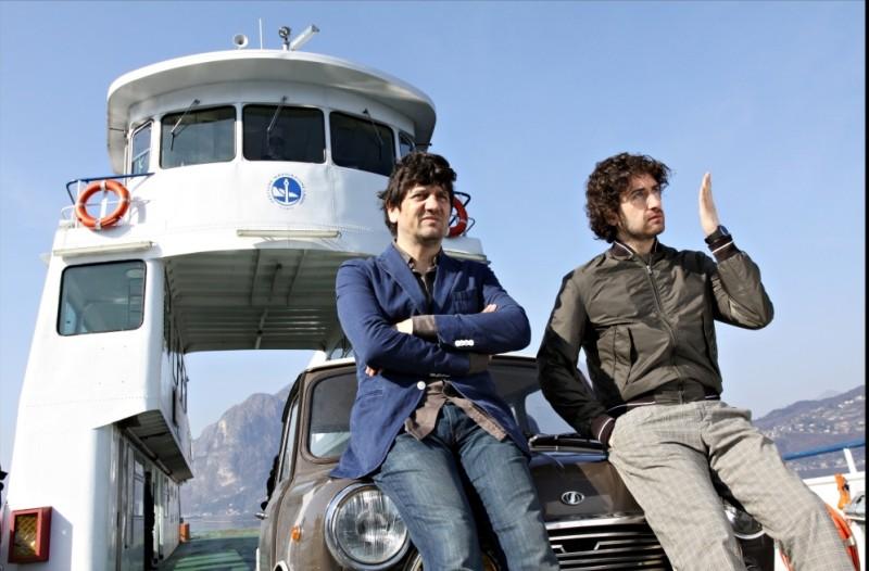 Fabio De Luigi e Alessandro Siani sul Lago di Como in una scena de La peggior settimana della mia vita