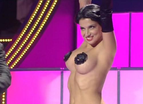 Grande Fratello 12: Claudia Letizia durante una performance burlesque