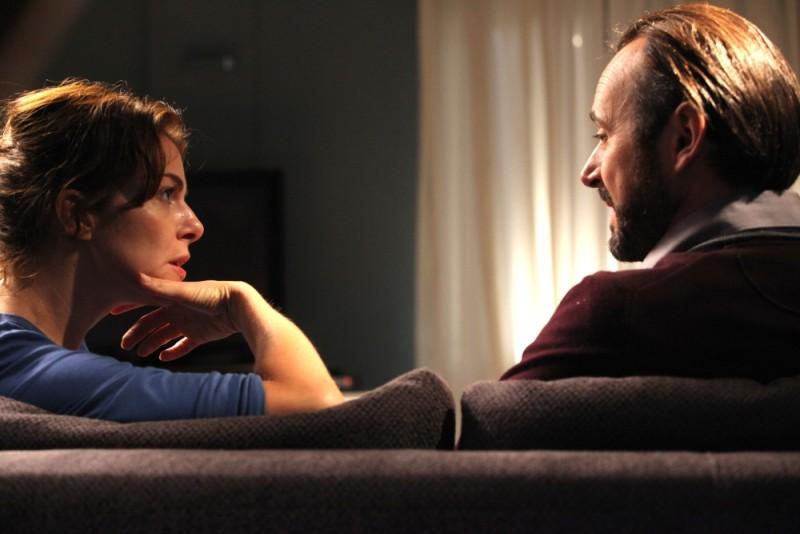 Il mio domani: Claudia Gerini e Paolo Pierobon parlano intensamente in una scena del film