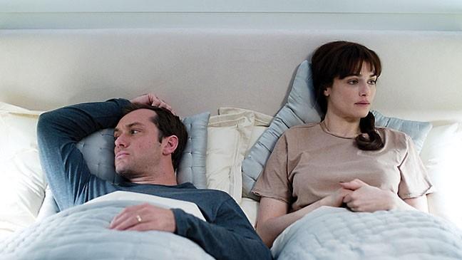 Jude Law e Rachel Weisz in una scena di 360