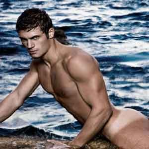 Mario Ermito posa completamente nudo in piscina