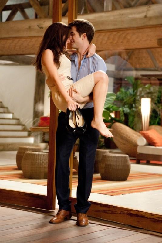 Robert Pattinson prende in braccio Kristen Stewart in una scena di The Twilight Saga: Breaking Dawn - Parte 1