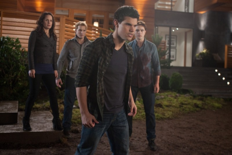 The Twilight Saga: Breaking Dawn - Parte 1, Peter Facinelli, Elizabeth Reaser, Taylor Lautner e Robert Pattinson in una scena del film