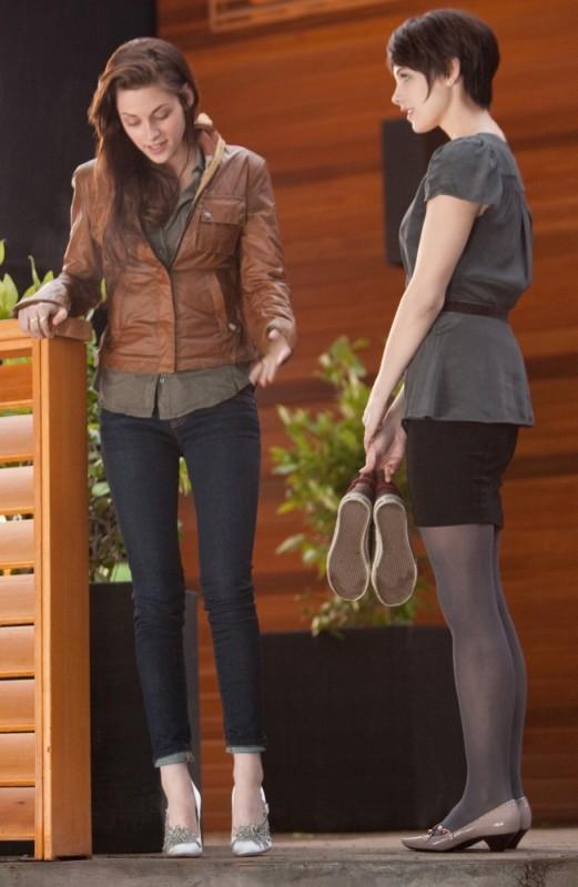The Twilight Saga: Breaking Dawn - Parte I, Kristen Stewart prova i tacchi in una scena del film insieme a Ashley Greene