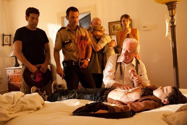 The Walking Dead: Andrew Lincoln, Jon Bernthal e Scott Wilson con il piccolo Chandler Riggs nell'episodio Sangue del mio sangue