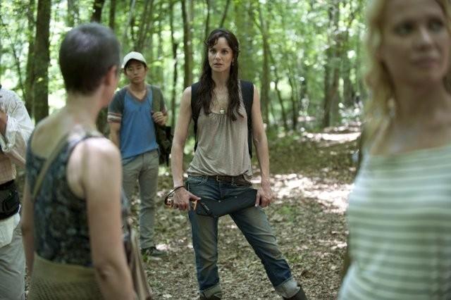 The Walking Dead: Sarah Wayne Callies con Laurie Holden, Steven Yeun e Melissa Suzanne McBride nell'episodio Sangue del mio sangue