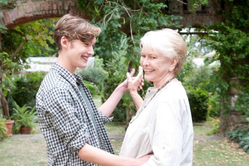 Un giorno questo dolore ti sarà utile: Toby Regbo danza con Ellen Burstyn in una scena del film