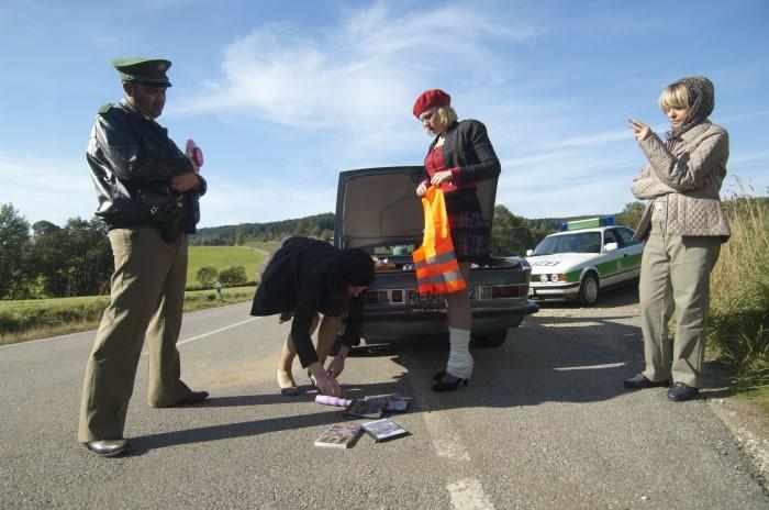 Eine ganz heiße Nummer: Bettina Mittendorfer, Rosalie Thomass e Gisela Schneeberger durante un controllo della polizia