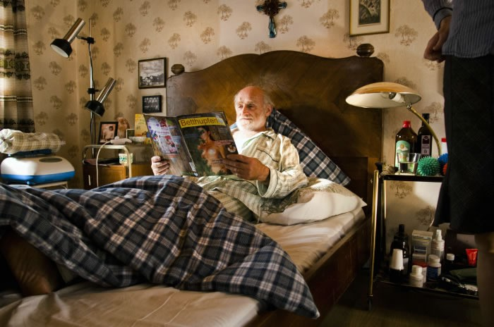 Eine ganz heiße Nummer: un nonno impegnato in letture 'calde'...