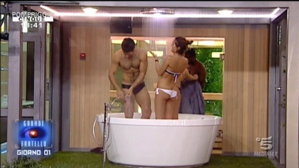Grande Fratello 12: Caterina e Rudolf scherzano in doccia