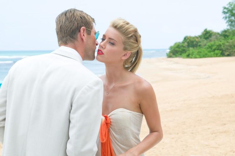 The Rum Diary: Aaron Eckhart con Amber Heard in una scena