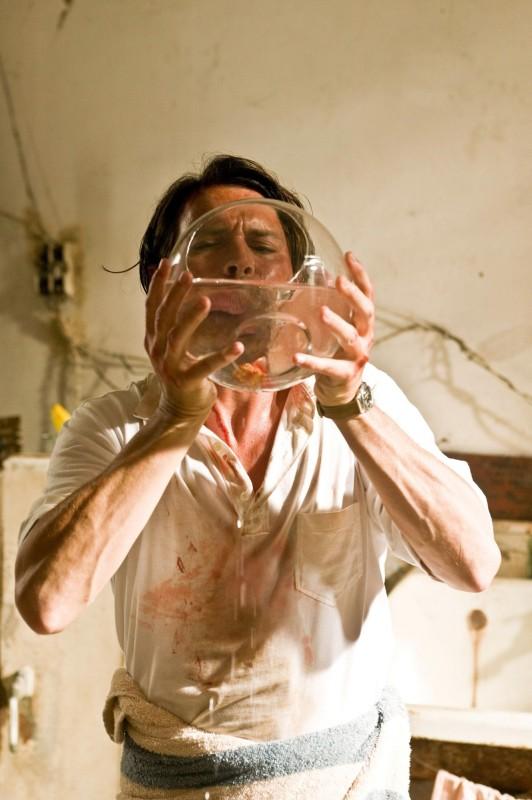 The Rum Diary: Johnny Depp beve dalla boccia di un pesce rosso