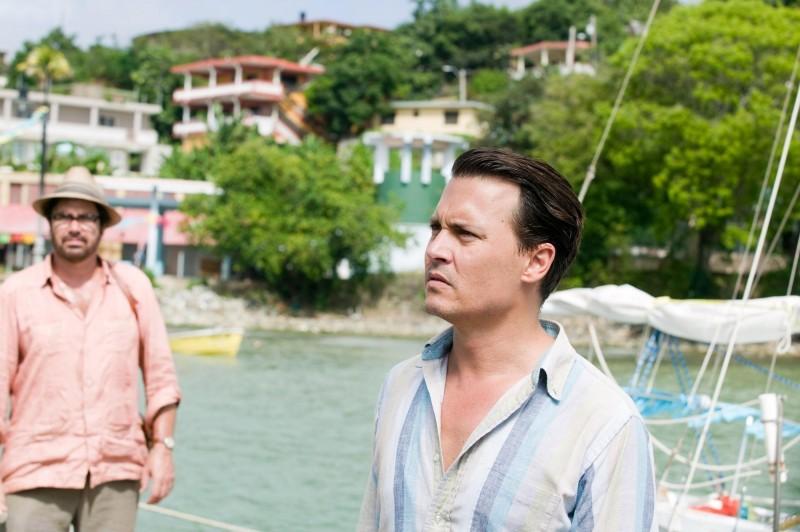 The Rum Diary: Johnny Depp con Michael Rispoli (alle sue spalle)