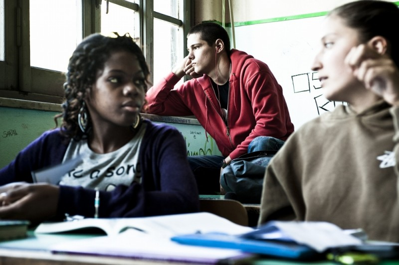 Filippo Scicchitano sui banchi di scuola in una scena di Scialla!