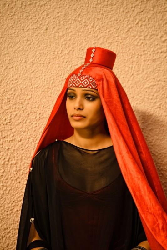Freida Pinto in costume nei panni di Fedra in una scena del film Immortals 3D