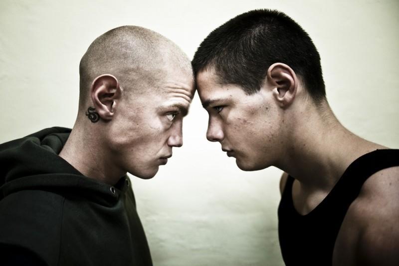 Giacomo Ceccarelli e Filippo Scicchitano in un testa a testa tratto dal film Scialla!