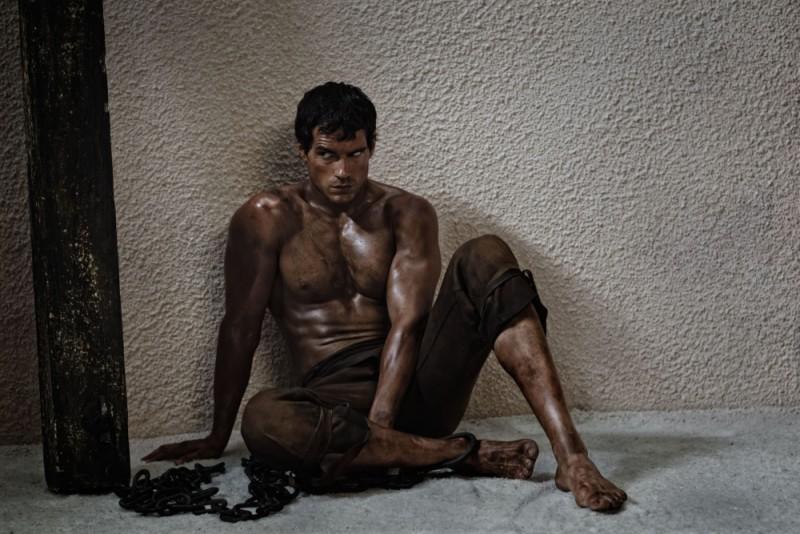 Immortals 3D, Henry Cavill incatenato e fatto prigioniero nel ruolo di Teseo in una scena del film