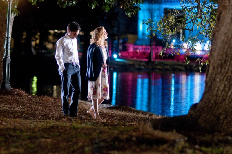 Kate Hudson e Gael Garcìa Bernal passeggiano in riva al lago in una scena de Il mio angolo di paradiso
