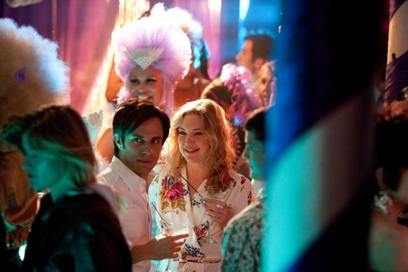 Kate Hudson e Gael Garcìa Bernal si divertono ad una festa in un'immagine del film Il mio angolo di paradiso
