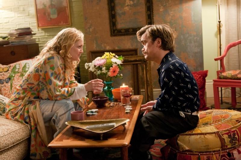Kate Hudson gioca a carte con Peter Dinklage in una scena de Il mio angolo di paradiso