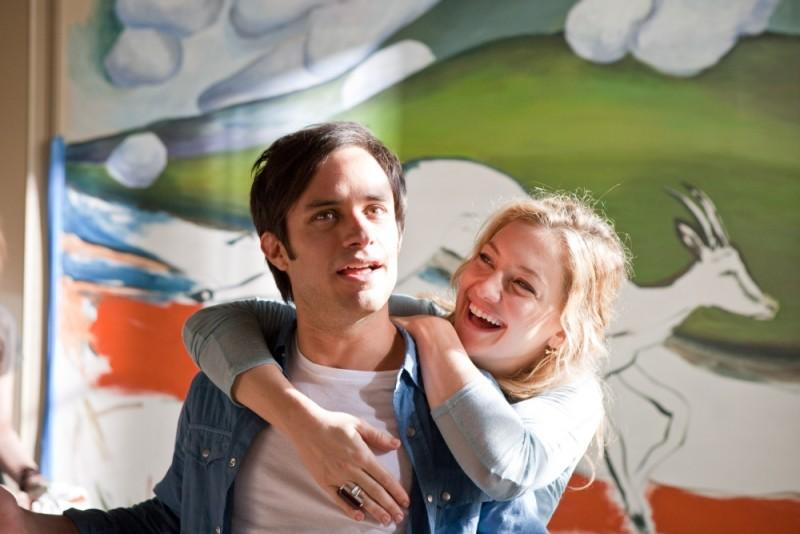 Kate Hudson in una scena de Il mio angolo di paradiso abbraccia teneramente Gael Garcìa Bernal