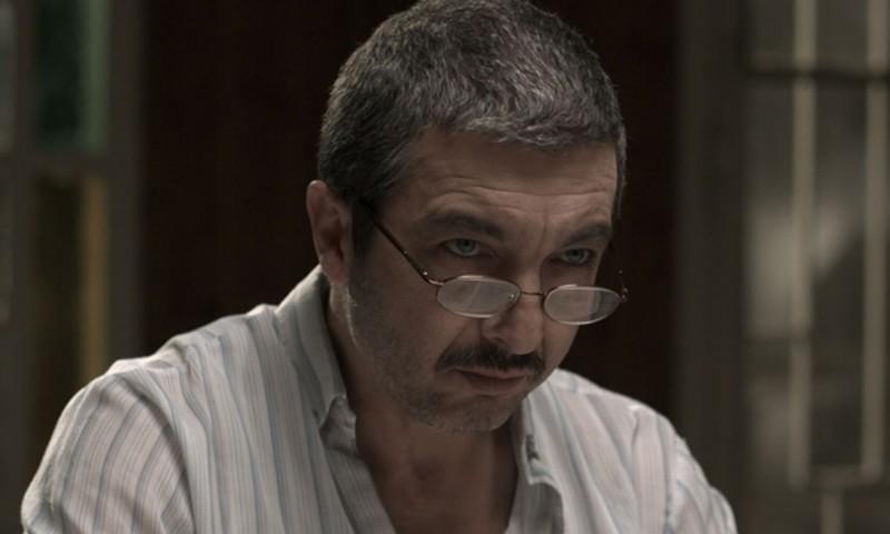 Ricardo Darìn con indosso gli occhiali da vista in una scena del film Un cuento chino