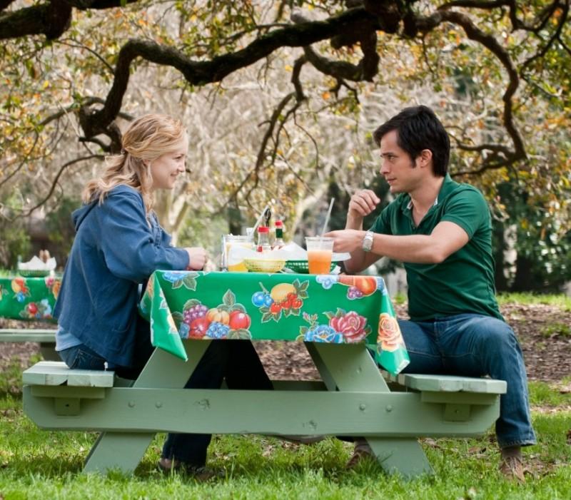 Kate Hudson insieme a Gael Garcìa Bernal durante un pic-nic in una scena de Il mio angolo di paradiso